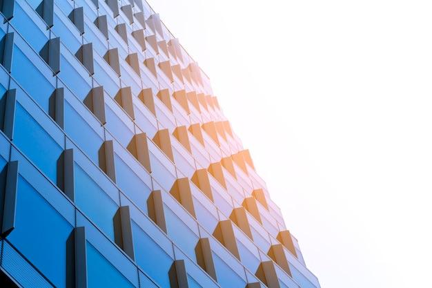 Lage hoek gebouw met zonlicht
