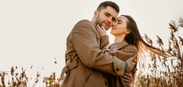 Lage hoek gelukkige paar in de natuur