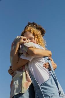 Lage hoek gelukkige paar knuffelen