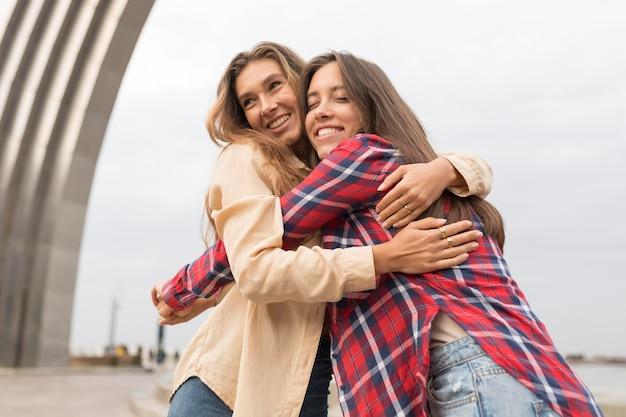 Lage hoek gelukkige vrienden knuffelen