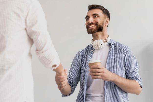 Lage hoek handdruk op kantoor weergave