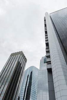 Lage hoek hoge gebouwen bekijken