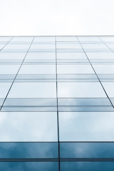 Lage hoek hoge helling glazen gebouw