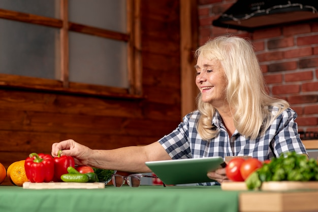 Lage hoek hogere vrouw in keuken