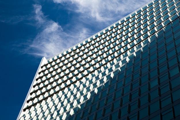 Lage hoek imposante gebouw met schaduw