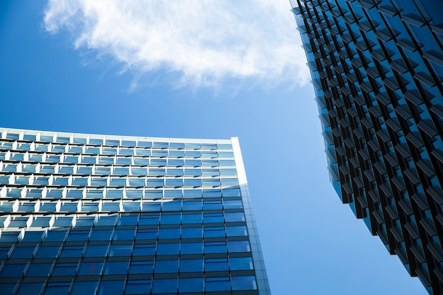 Lage hoek imposante gebouwen met schaduwen