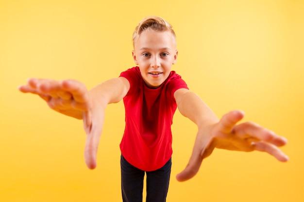 Lage hoek jonge jongen bereid om te vangen met handen