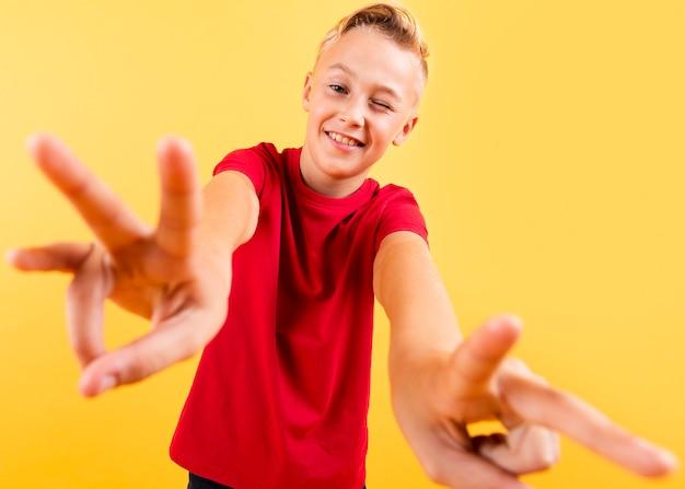 Lage hoek jonge jongen die handenmening toont
