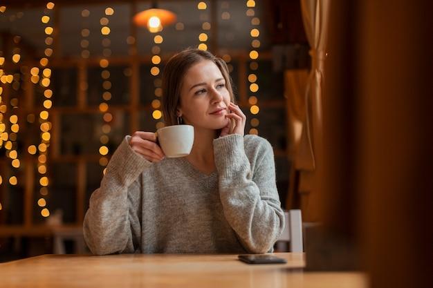 Lage hoek jonge vrouw bij restaurant