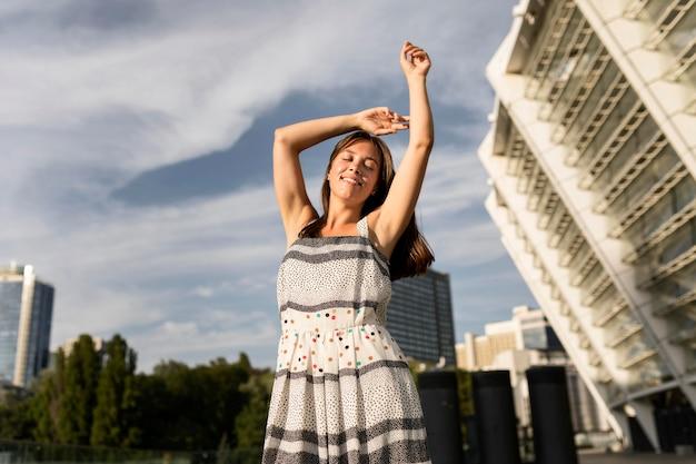 Lage hoek jonge vrouw die lacht tijdens het poseren