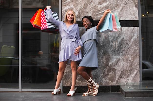 Lage hoek jonge vrouwen bij het winkelen