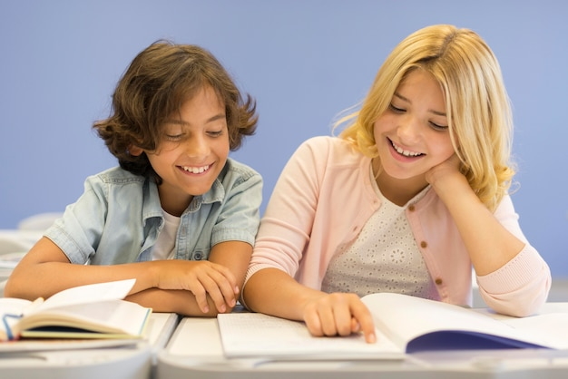 Lage hoek jongen en meisje lezen