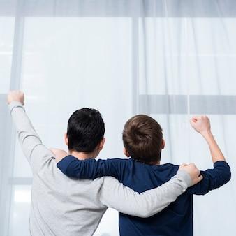 Lage hoek jongens blij met kopie-ruimte