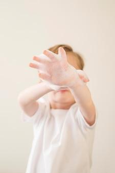 Lage hoek jongensjongen met schuim
