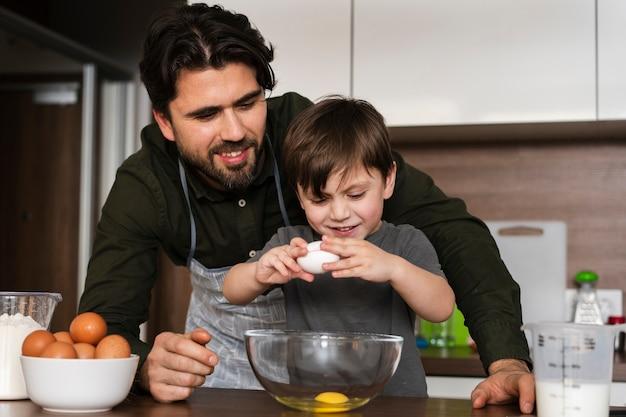 Lage hoek jongetje kraken eieren
