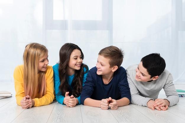 Lage hoek kinderen kijken naar elkaar