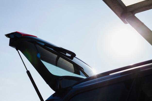 Lage hoek kofferbak deur van een zwarte auto