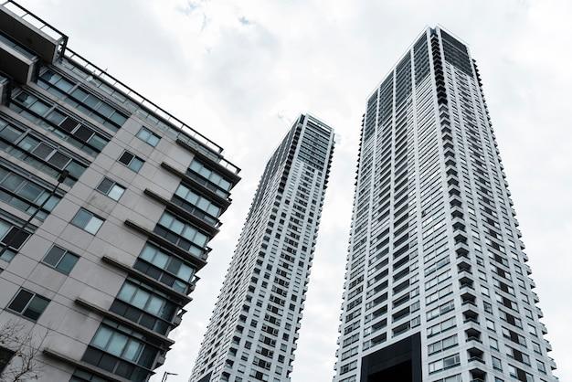 Lage hoek lange verschillende gebouwen