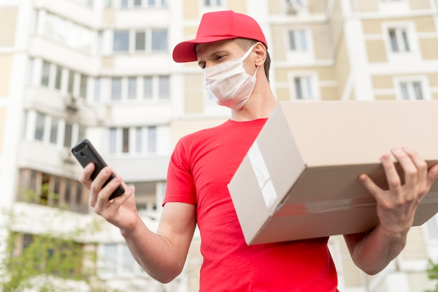Lage hoek levering man met medisch masker