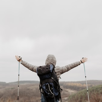 Lage hoek man blij om te slagen klimmen