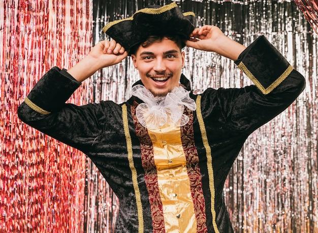 Lage hoek man in piraat kostuum