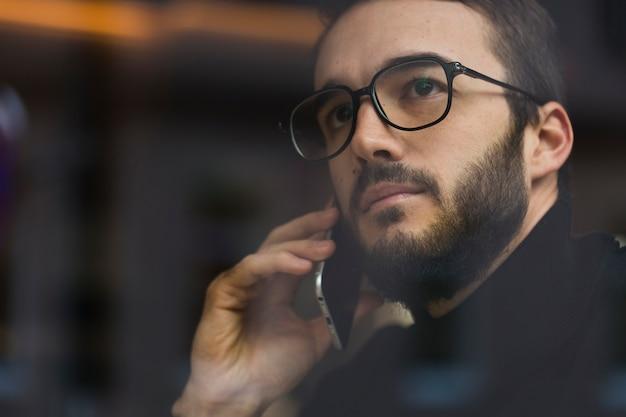 Lage hoek man praten via de telefoon