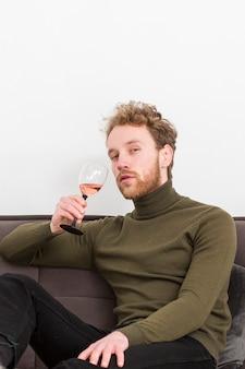 Lage hoek mannelijke wijn drinken