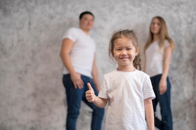Lage hoek meisje en haar ouders thuis