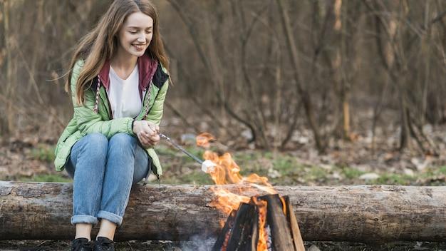 Lage hoek meisje koken marshmallow