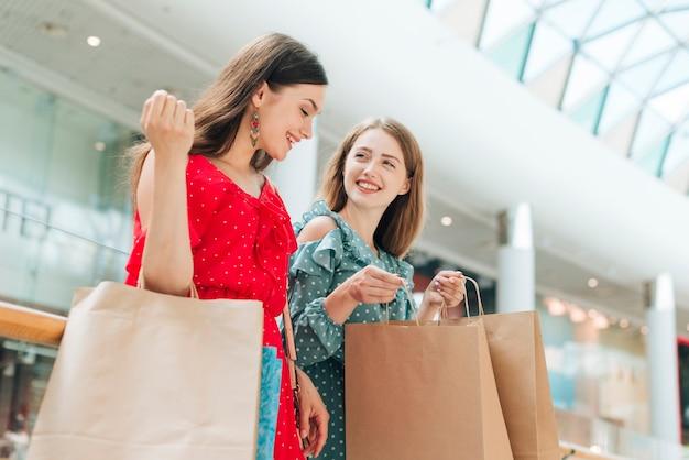 Lage hoek meisjesvrienden bij winkelcentrum
