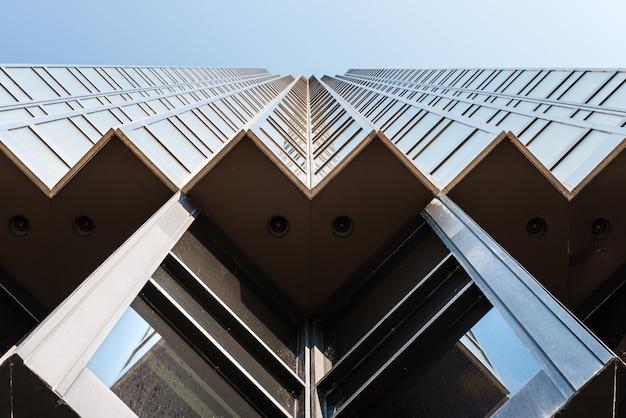 Lage hoek mening van een modern gouden gebouw in het financiële district van toronto, canada.