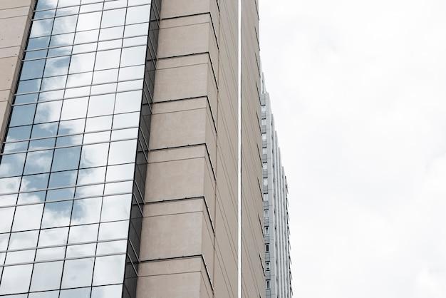 Lage hoek moderne bouwarchitectuur