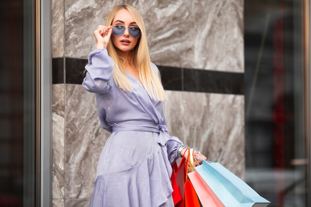 Lage hoek modieuze vrouw bij het winkelen