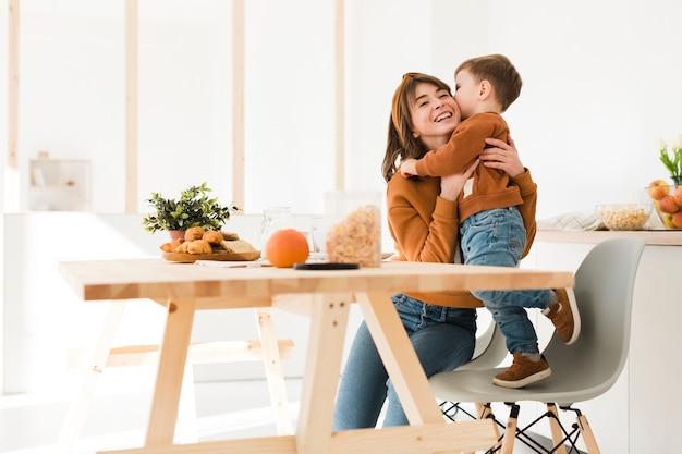 Lage hoek moeder speelt met zoon