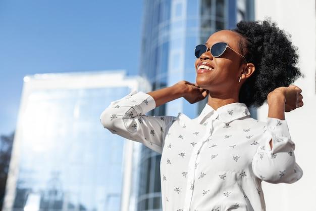 Lage hoek mooie vrouw die van zonlicht geniet