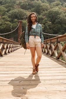 Lage hoek mooie vrouw op brug