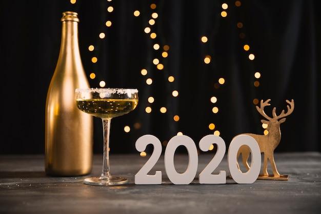 Lage hoek nieuwjaarsfeest met gouden thema