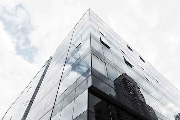 Lage hoek ontworpen glazen gebouw