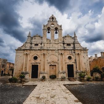 Lage hoek opname van het klooster van arkadi in griekenland onder een bewolkte hemel