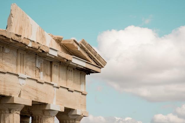 Lage hoek schot van de kolommen van het akropolis pantheon in athene, griekenland onder de hemel