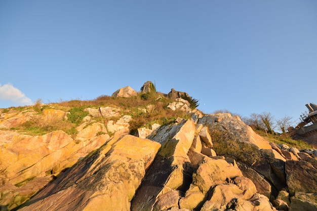 Lage hoek schot van de prachtige rotsen gevangen in le mont saint-michel in frankrijk
