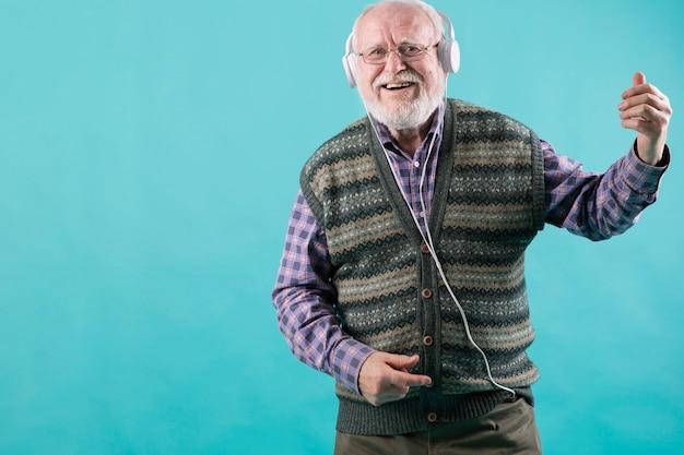 Lage hoek senior luisteren muziek