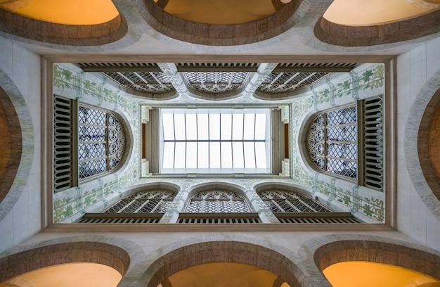 Lage hoek shot van de binnenkant van een oud gebouw met geometrische muren en koepels
