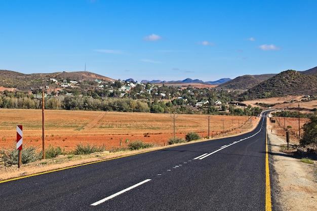 Lage hoek shot van een snelweg omgeven door bergen en heuvels