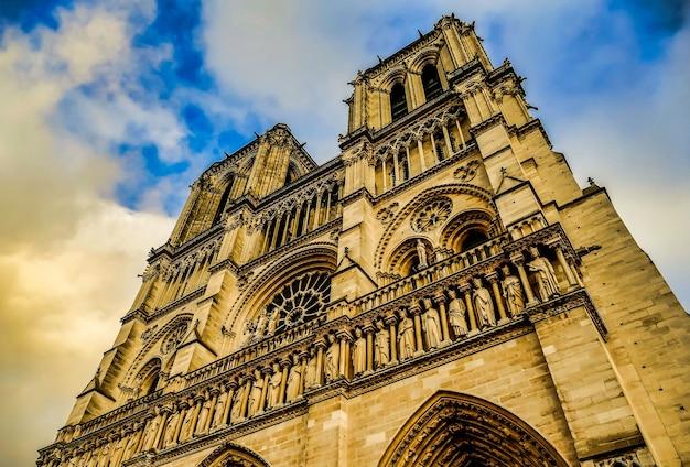 Lage hoek shot van het plein jean xxiii gevangen onder de prachtige bewolkte hemel in parijs, frankrijk