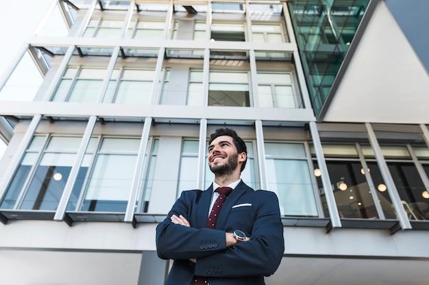 Lage hoek smiley advocaat met gekruiste armen
