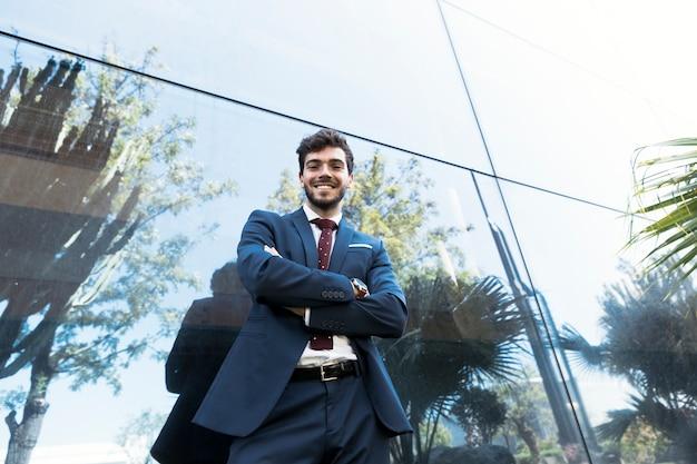 Lage hoek smiley advocaat poseren buitenshuis