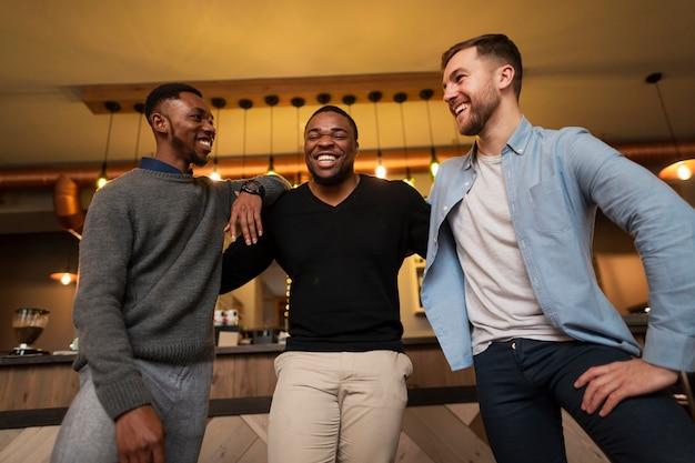 Lage hoek smiley mannen hebben een lach