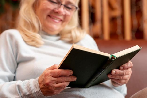 Lage hoek smiley vrouw lezen