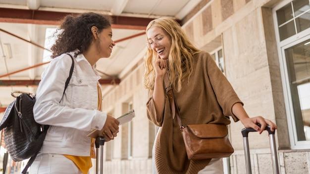 Lage hoek smiley vrouwen praten